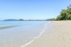 Sabbia bianca sulla spiaggia. Spiaggia di Nopparata Cesalpina. fotografia stock