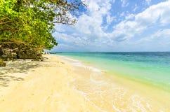Sabbia bianca sulla spiaggia. sull'isola Tailandia di Poda immagine stock