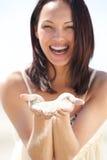 Sabbia che cade tramite le dita Fotografia Stock