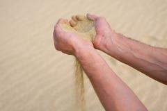 Sabbia che funziona tramite le mani Fotografie Stock Libere da Diritti