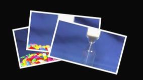 Sabbia che si esaurisce in clessidra su fondo blu video d archivio