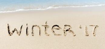 Sabbia del segno di inverno 2017 vicino alla spiaggia di tropico dell'oceano del mare Immagini Stock