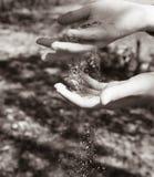 Sabbia di Brown nelle mani fotografia stock libera da diritti