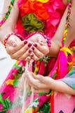 Sabbia di caduta dalla mano della donna in mani del bambino Fotografie Stock