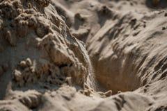 Sabbia di caduta nel foro Fotografia Stock Libera da Diritti