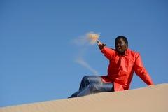 Sabbia di lancio dell'uomo afroamericano Fotografia Stock Libera da Diritti