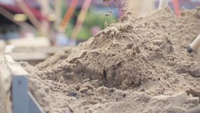 Sabbia di scavatura della pala dalla grande fine del mucchio su stock footage