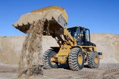 Sabbia di scavatura e di carico con una macchina in una cava fotografie stock libere da diritti