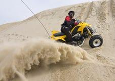 Sabbia di spruzzatura del cavaliere di ATV Fotografia Stock Libera da Diritti