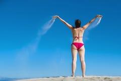 Sabbia di versamento della donna Fotografie Stock Libere da Diritti