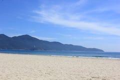 Sabbia e colline del cielo del mare fotografia stock libera da diritti