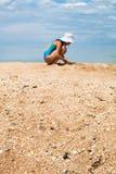 Sabbia e fine shelly della spiaggia alte e che giocano ragazza Fotografie Stock