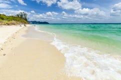 Sabbia e rocce bianche sulla spiaggia. Ko PodaBeach. immagini stock