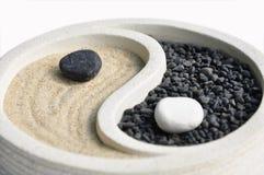 Sabbia e simbolo di pietra con Yin e Yang immagini stock libere da diritti