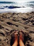 Sabbia fra le dita del piede Immagine Stock