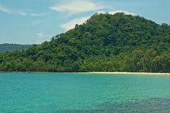 Sabbia lontana Coral Bay Mountains Tropical Landscape della spiaggia selvaggia immagini stock libere da diritti