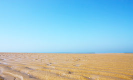 Sabbia, mare e cielo blu Fotografie Stock