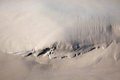 Sabbia naturale della spiaggia del modello in fine Immagine Stock Libera da Diritti