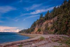 Sabbia, roccia e legname galleggiante della spiaggia dell'isola di Camano immagini stock libere da diritti
