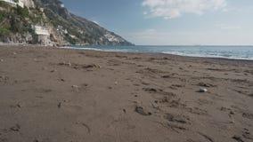 Sabbia sulla spiaggia abbandonata in Positano stock footage