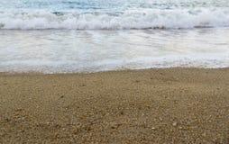Sabbia sulla spiaggia e mare vago nel fondo Immagine Stock Libera da Diritti