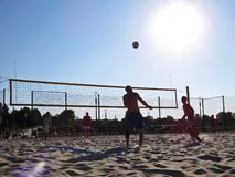 Sabbia Sunny Beach Volleyball Men Playing con la palla e Sun nel fondo, Koszalin, Polonia, agosto 2018 fotografia stock