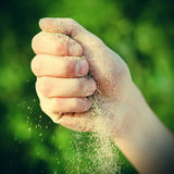 Sabbia in una mano Fotografia Stock