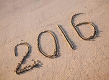 2016 sabbie attinte su una spiaggia soleggiata Fotografia Stock