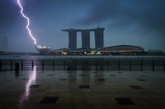 Sabbie della baia del porticciolo con le nuvole e fulmini e tempesta di tuono Fotografia Stock