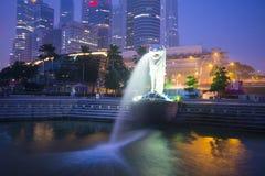 Sabbie della baia del porticciolo, SINGAPORE 12 ottobre 2015: Merlion e skyscr Fotografia Stock Libera da Diritti