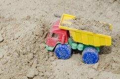 Sabbiera del ` s dei bambini Un camion caricato con la sabbia immagine stock
