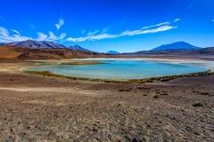 Sabbioso ed inghiai la strada del deserto attraverso la parte a distanza di Altiplano del sud, Bolivia Fotografia Stock