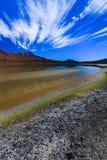 Sabbioso ed inghiai la strada del deserto attraverso la parte a distanza di Altiplano del sud, Bolivia Fotografia Stock Libera da Diritti