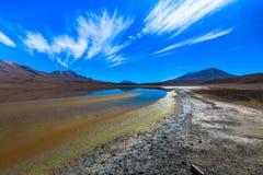 Sabbioso ed inghiai la strada del deserto attraverso la parte a distanza di Altiplano del sud, Bolivia Fotografie Stock Libere da Diritti