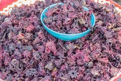 Sabdariffa sec de Roselle Hibiscus à vendre sur le marché local Il est des espèces des ketmies pour lesquelles indigène vers l'Af Images libres de droits