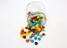 Sabe-tudo cobertos de açúcar coloridos do chocolate fotografia de stock