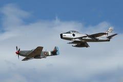 Sabel F-86 och mustang P-51 i bildande Royaltyfria Bilder