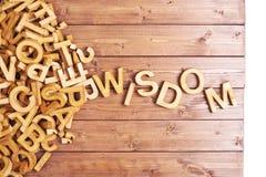 Sabiduría de la palabra hecha con las letras de madera Foto de archivo