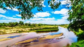 Sabie River presque sèche à la fin de la saison sèche au camp de repos de Skukuza en parc national de Kruger image stock
