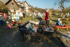SABILE, LETONIA - 21 DE ABRIL DE 2019: Peque?a ciudad artificial de mu?ecas en Sabile, pilseta de Letonia - de Lellu fotos de archivo