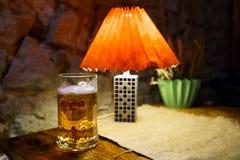 SABILE, LETONIA - 21 DE ABRIL DE 2019: Vidrio de cerveza ligera de Uzavas en un restaurante de Krogs fotografía de archivo libre de regalías