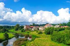 Sabile stad med tak och ängar, Lettland Arkivbild