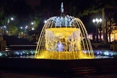 Sabir在晚上摆正喷泉,巴库,阿塞拜疆 喷泉在市中心 巴库阿塞拜疆 一个圆的公园的夜视 免版税库存图片