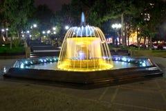 Sabir在晚上摆正喷泉,巴库,阿塞拜疆 喷泉在市中心 巴库阿塞拜疆 一个圆的公园的夜视 免版税图库摄影