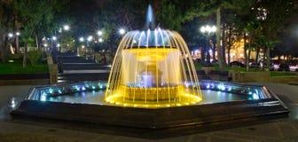 Sabir在晚上摆正喷泉,巴库,阿塞拜疆 喷泉在市中心 巴库阿塞拜疆 一个圆的公园的夜视 库存照片