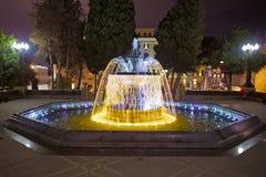 Sabir在晚上摆正喷泉,巴库,阿塞拜疆 喷泉在市中心 巴库阿塞拜疆 一个圆的公园的夜视 库存图片