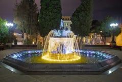 Sabir obciosuje fontannę, Baku, Azerbejdżan przy nocą Fontanna w centrum miasta Baku Azerbejdżan zdolność widzenia w ciemnościach Obraz Stock