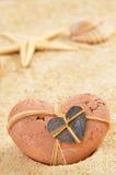 Sable avec les coquilles et le coeur Image libre de droits