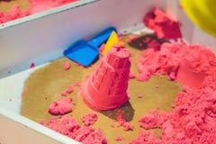 Sable cinétique dans un tas pour la créativité d'intérieur de jeu ou d'enfants Formes pour la construction du sable cinétique et  photographie stock
