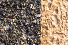 Sable coloré de cailloux de mur en béton Photo stock
